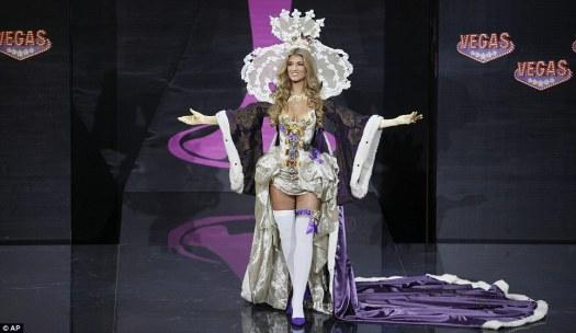 Miss UK met haar replica kroonjuwelen. Stijlvol.